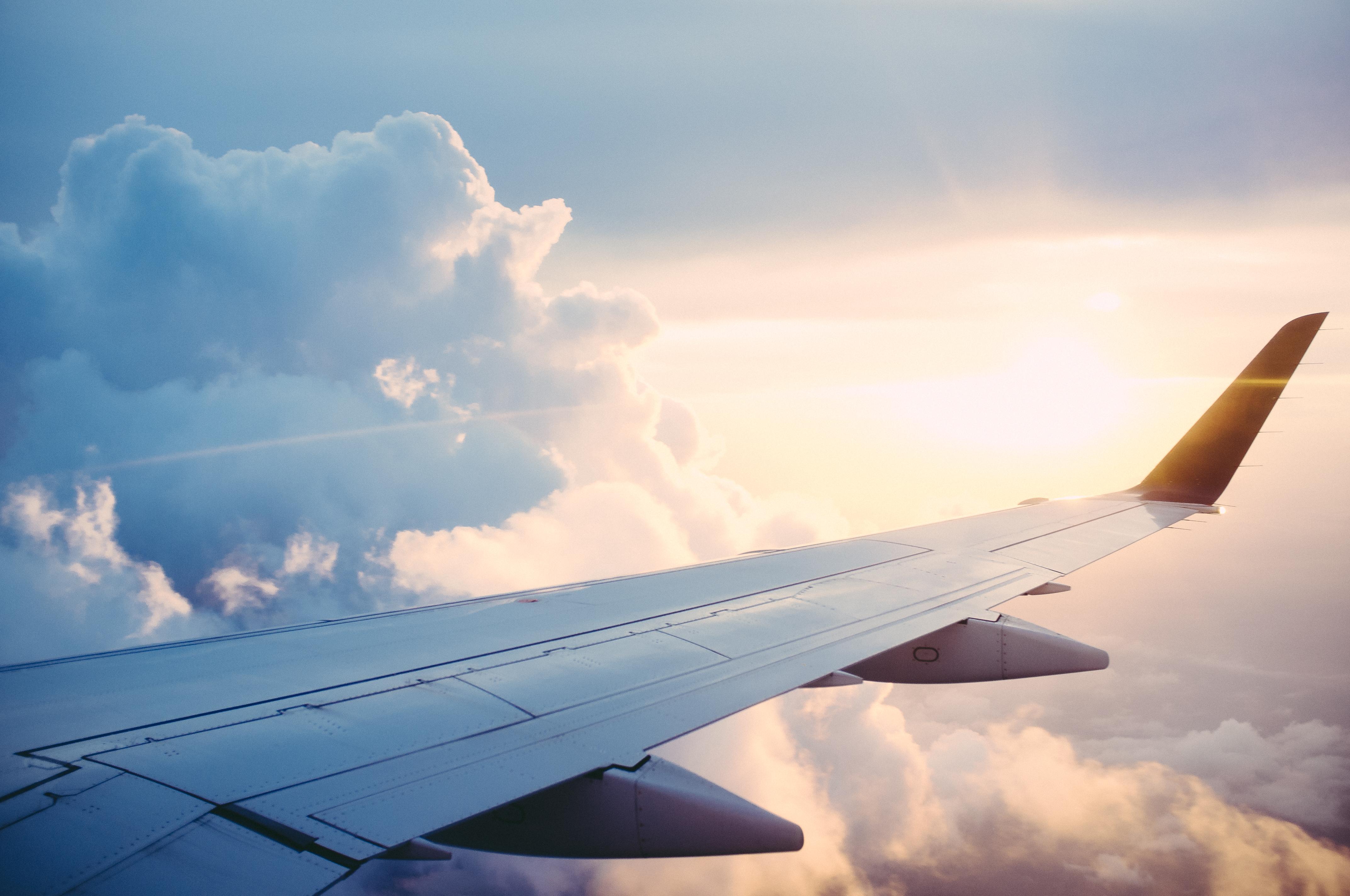 Sentar-se na janelinha ou não correr o risco de ter como companheiro de voo o um macho assediador? A hashtag #ViajoSola não morre nunca