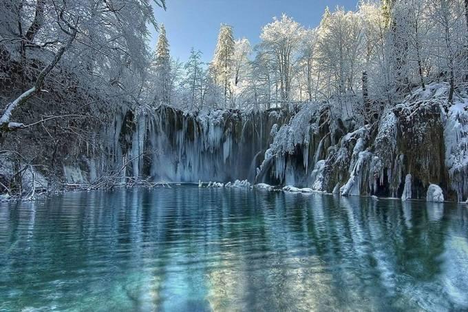 Lagos de Plitvice congelados na Croácia
