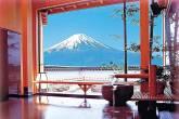 Vista para o Monte Fuji da janela de parede inteira de um banho quente (onsen) de um Ryokan