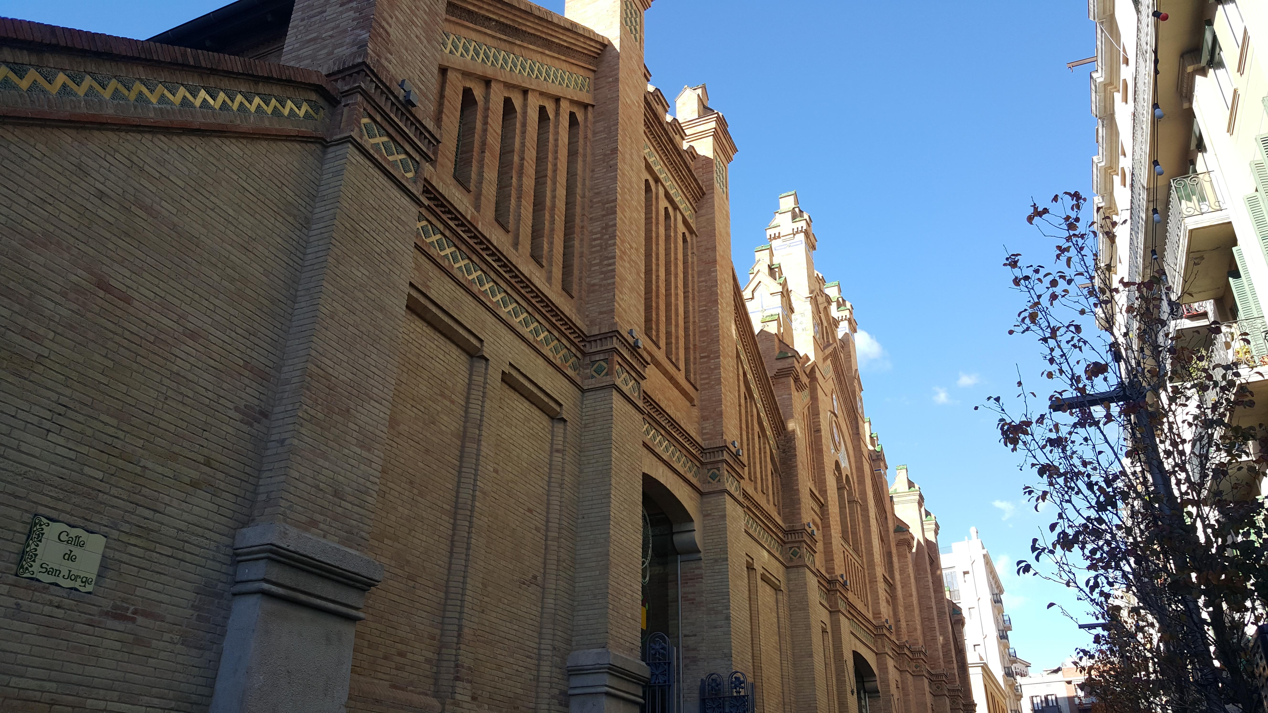 A fachada do lindo Mercadão de Sants, bem mais tranquilo e barato que a Boquería