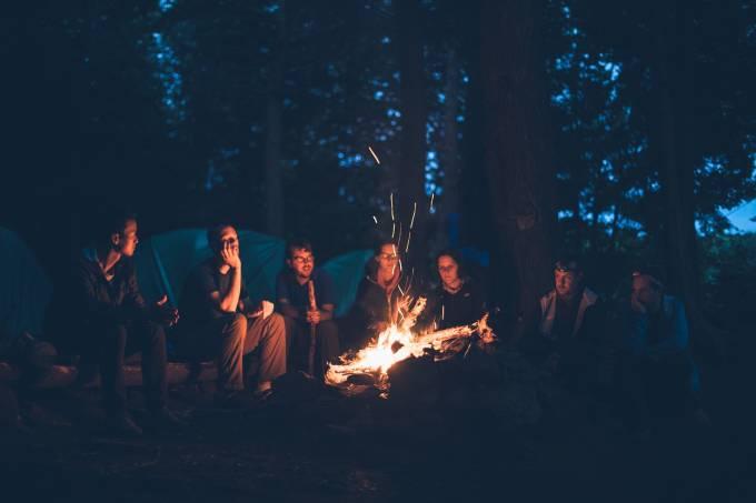 Acampamento fogueira amigos