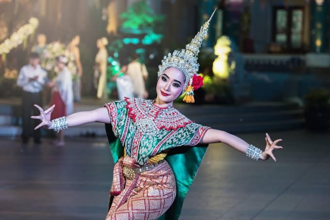 Mulher realiza dança típica do Sudeste da Ásia