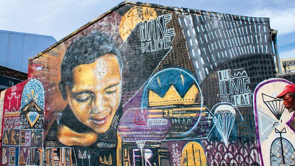 Vários desenhos e grafites ilustram a parede e o muro de uma casa