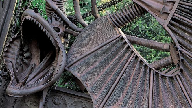 O portão de entrada dos pavilhões Güell, obra de Gaudí escondidinha atrás dos Jardins de Pedralbes