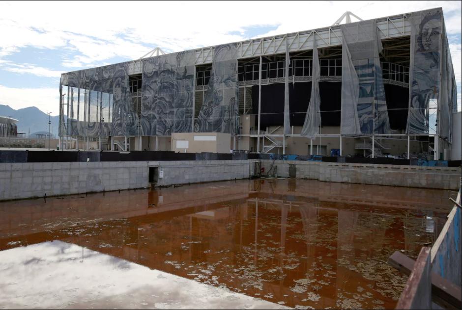 O centro de esportes aquários da Rio 2016 com obra de Adriana Varejão caindo aos pedaços na fachada (imagem reproduzida de reportagem publicada pelo jornal the Guardian -cred: Pilar Olivares, Reuters)