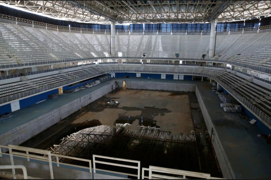 A piscina do centro de esportes aquáticos do Rio de Janeiro seis meses após os Jogos Olímpicos (imagem reproduzida de reportagem publicada pelo jornal the Guardian -cred: Pilar Olivares, Reuters)