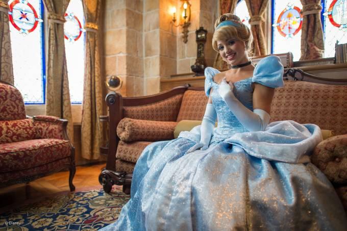 Funcionária da Disney de Orlando vestida como a princesa Cinderela
