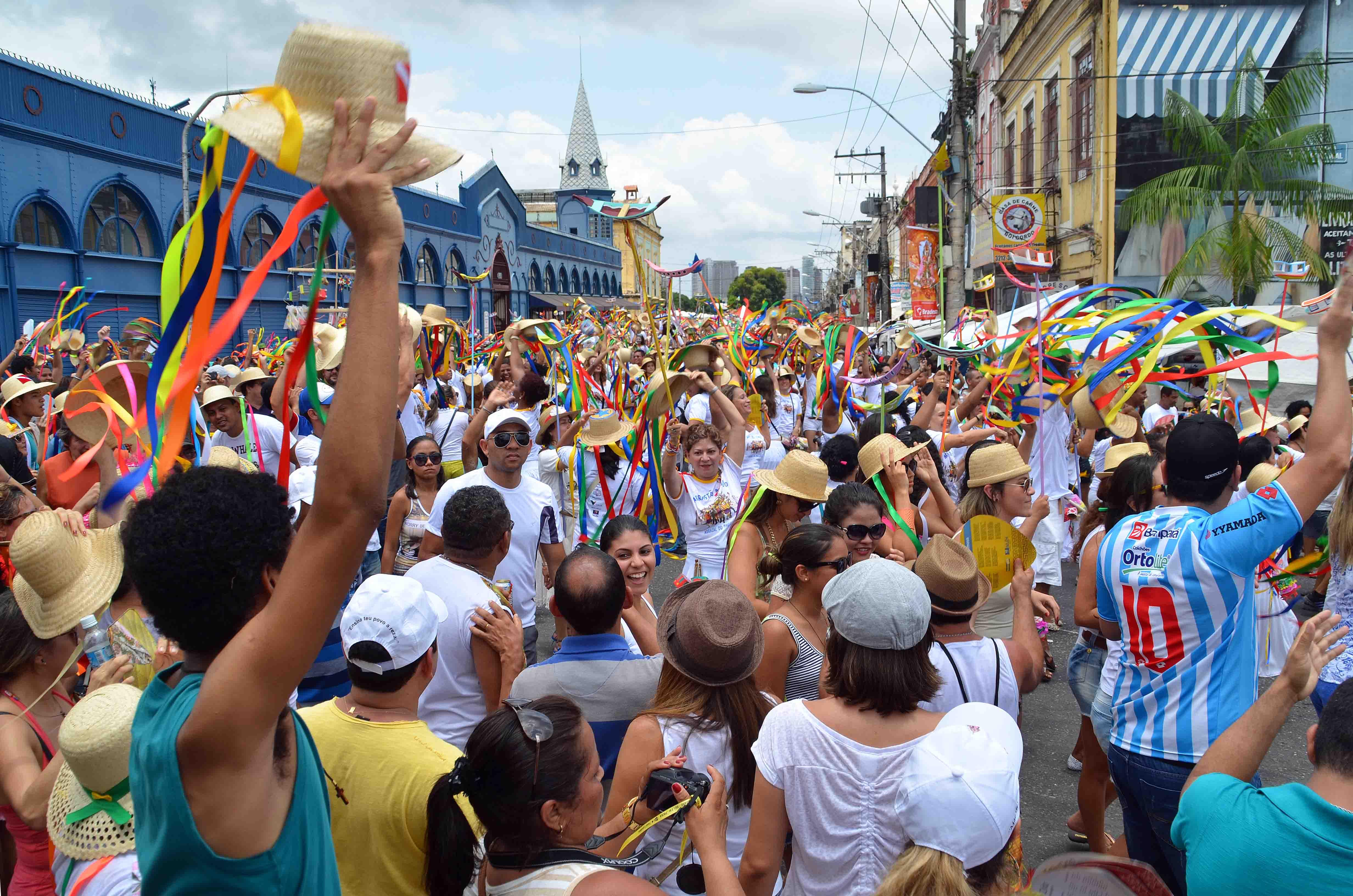 Pessoas se reúnem em frente ao Mercado Ver-O-Peso, em Belém, para acompanhar a festa do Círio de Nazaré. Crédito:
