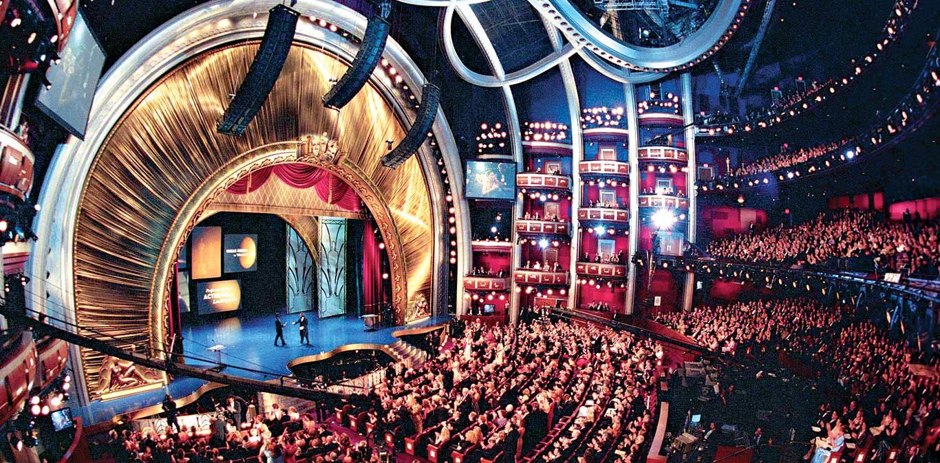 Pessoas enchem fileiras e mais fileiras de cadeiras para assistir à cerimônia do Oscar