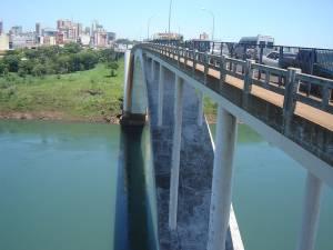 É preciso paciência para cruzar a Ponte da Amizada