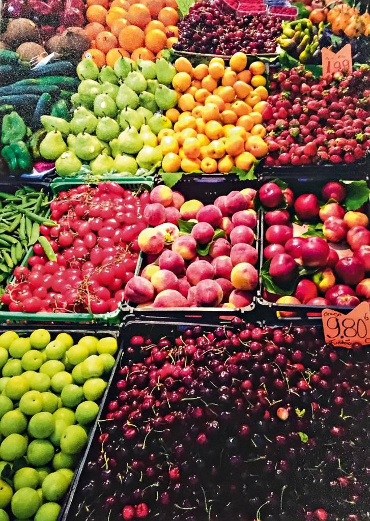 Uma variação de frutas se estende em caixas perante o leitor, entre elas cerejas, peras, morangos e pêssegos.