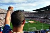 Torcedor assiste a partida de futebol no estádio Camp Nou, em Barcelona, Espanha