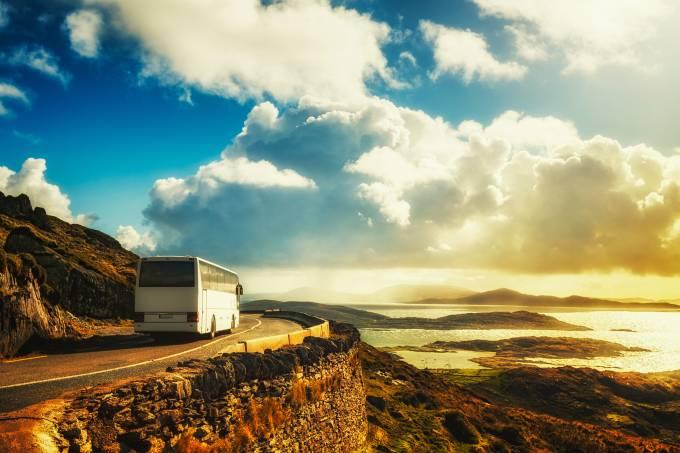 Ônibus em estrada no Anel de Kerry, Irlanda, Europa