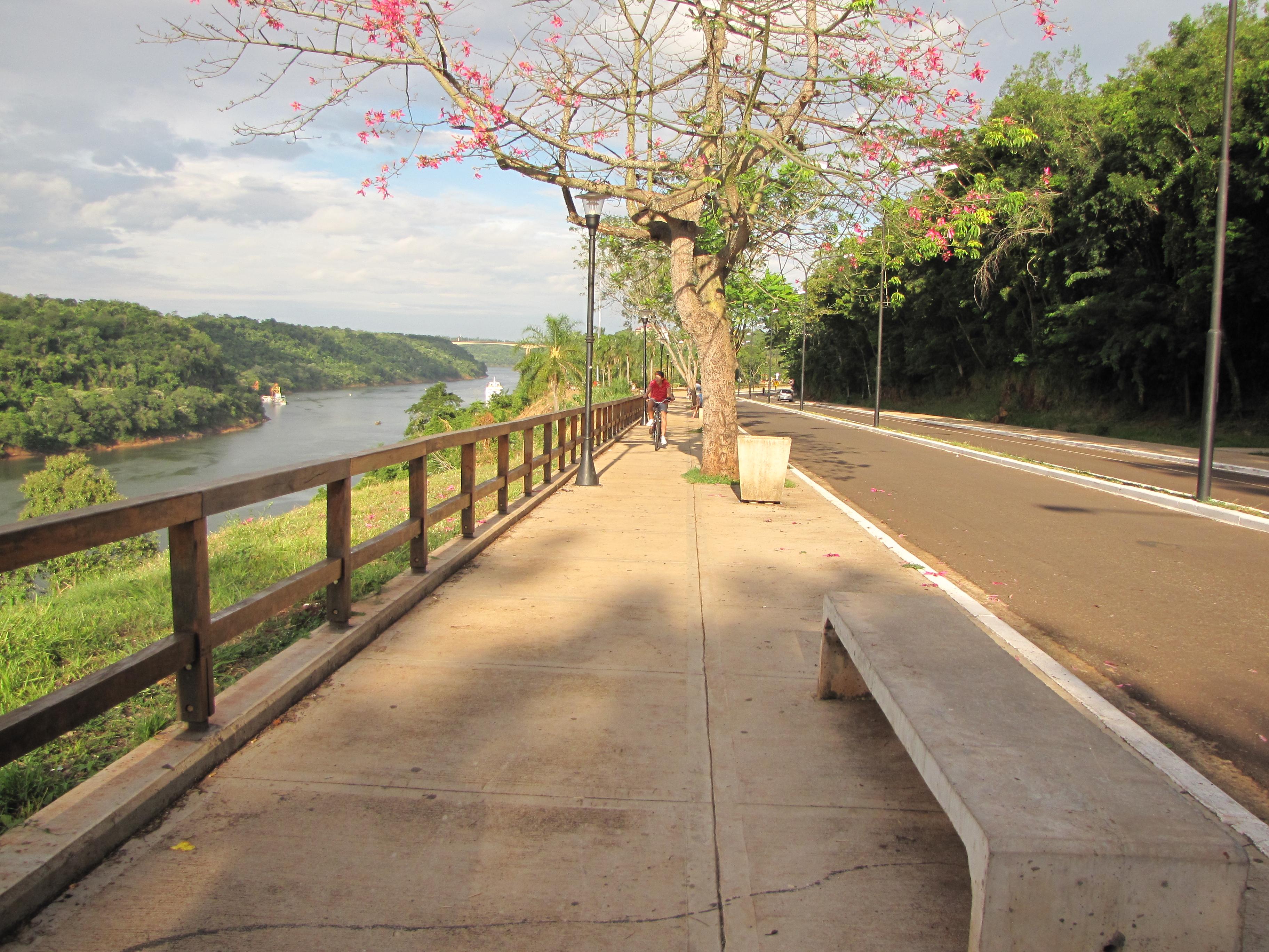 A Costanera ladeia o final do Rio Iguaçu