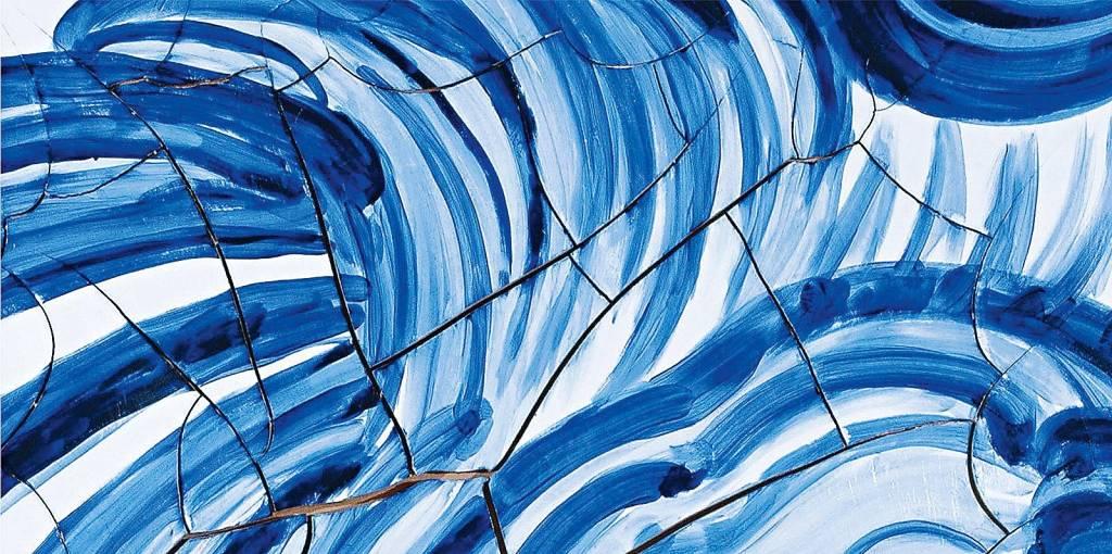 Azulejos quebrados foram reagrupados e pintados com tons fortes, para lembrar uma onda enorme