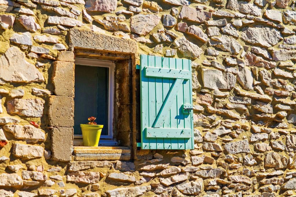 Janela aberta de moradia típica de Provence