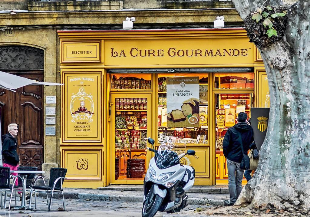 Fachada de uma loja de bolos e biscoitos, decorada em estilo antiquado, nas ruas de Aix-en-Provence