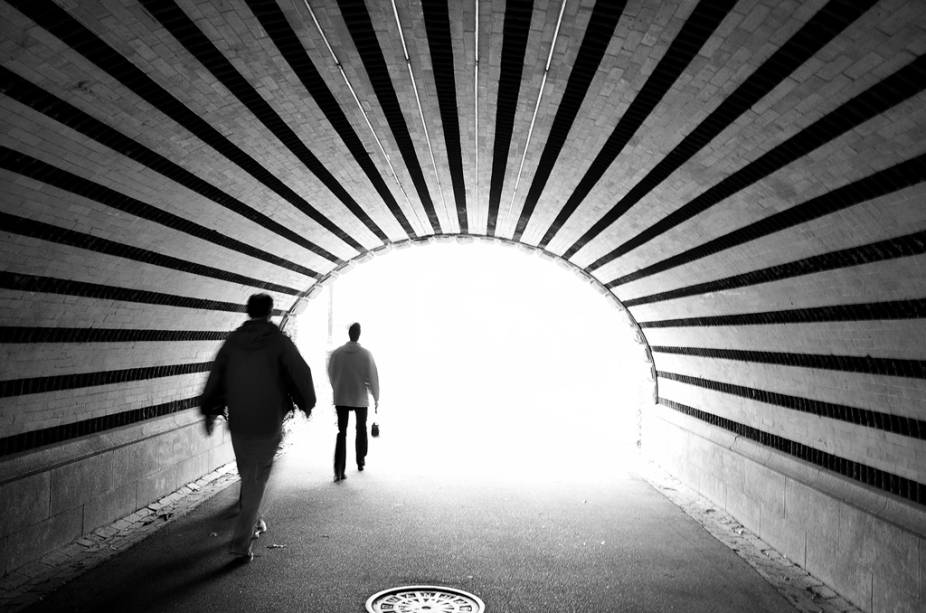 Pedestres caminham em túnel no Central Park, Nova York