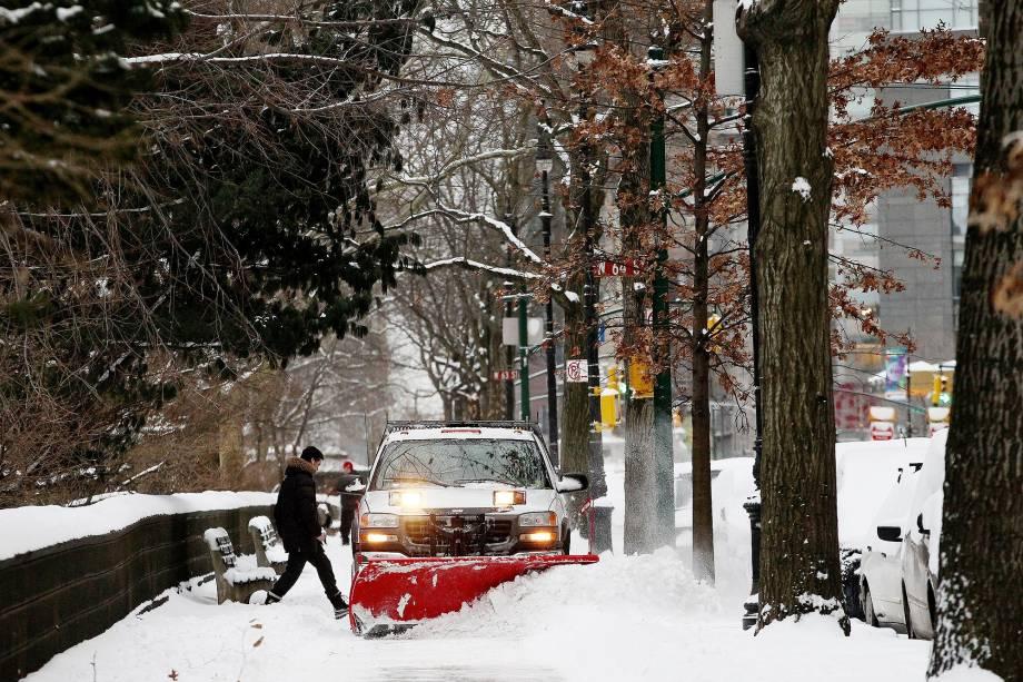 Carro remove a neve que acumulou nos arredores do Central Park, em nevasca que atingiu a cidade em janeiro de 2015
