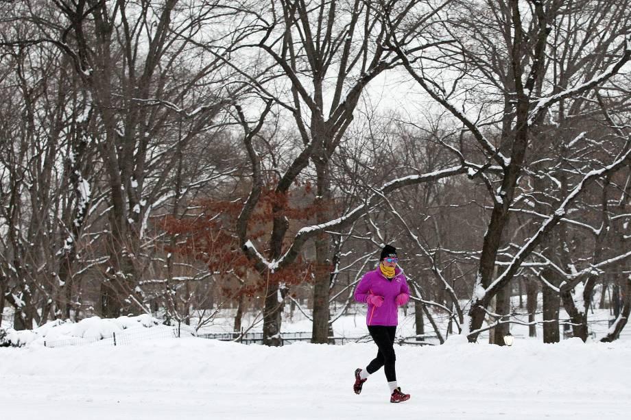 Mesmo com a neve e a temperatura abaixo dos 0°C, moradores de Nova York continuam praticando o hábito de correr no Central Park no inveno