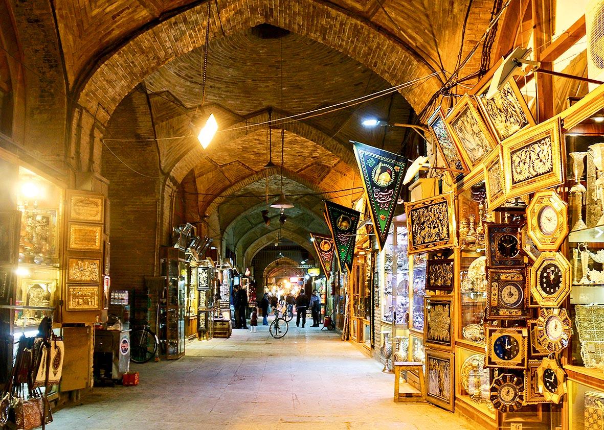 Um longo corredor do bazar, com várias lojinhas e vitrines que expõem produtos típicos do Oriente Médio