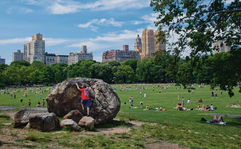 """Geleiras em recuo deixaram estas pedras para trás, onde hoje fica o Central Park, em Nova York. Inspirado pelo """"ar brincalhão da natureza"""", Frederick Law Olmsted, um dos projetistas do parque, muitas vezes deu uma mãozinha à natureza e rearranjou os pedregulhos, conhecidos como pedras erráticas, de uma forma considerada por ele como um quadro artístico"""