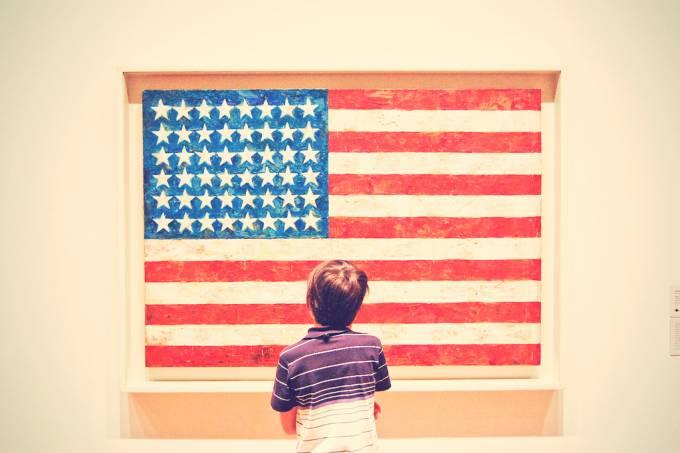 Criança observa arte no Metropolitan Museu of Art, em Nova York, Estados Unidos