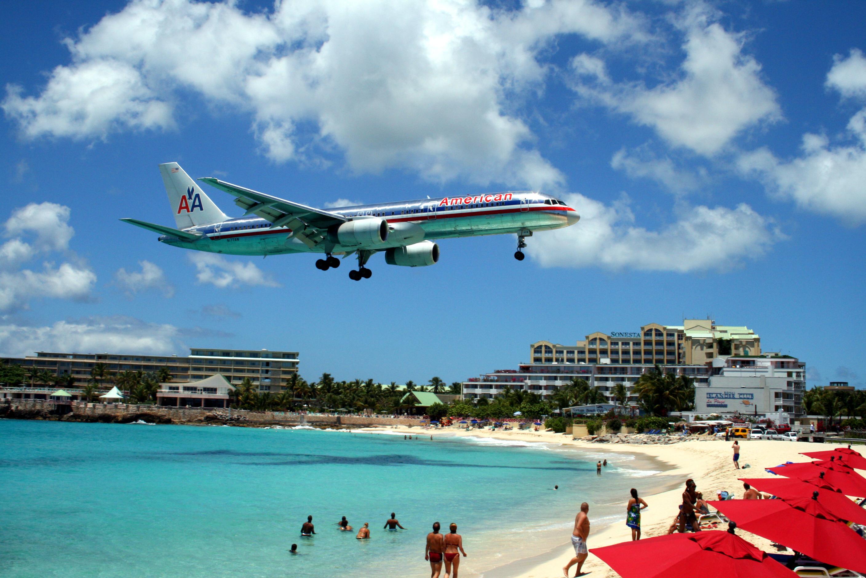 Avião da American Airlines pousando na ilha de Saint Martin, no Caribe