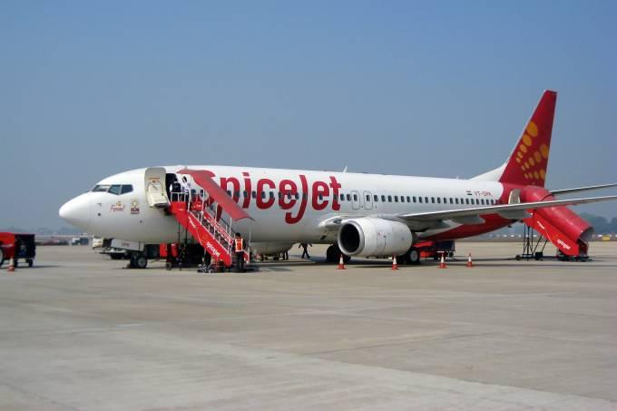 Avião da companhia aérea da Índia SpiceJet no aeroporto de Varanasi
