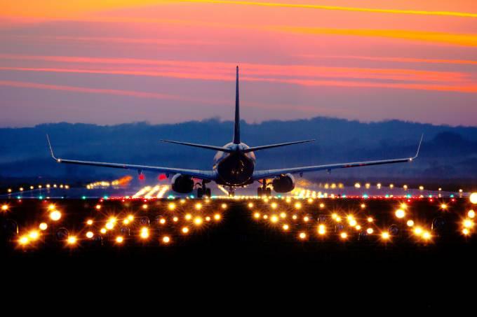 Avião da companhia aérea Ryanair pousando em pista de voo de aeroporto de Balice Cracóvia