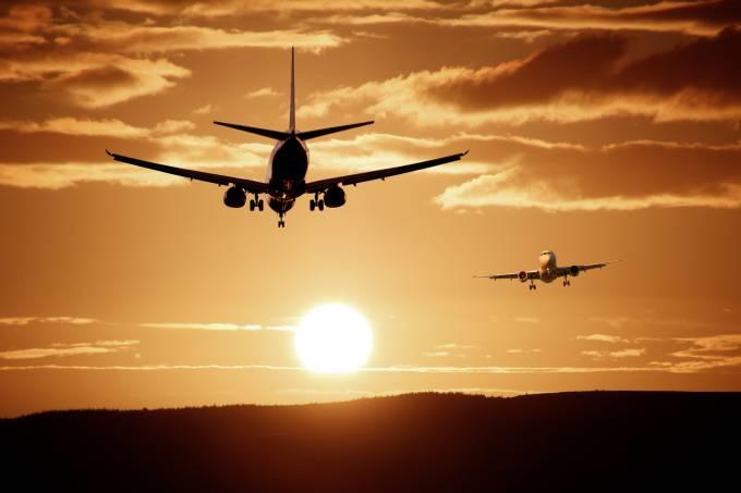Aviões pousando e decolando durante o pôr do sol Pixabay
