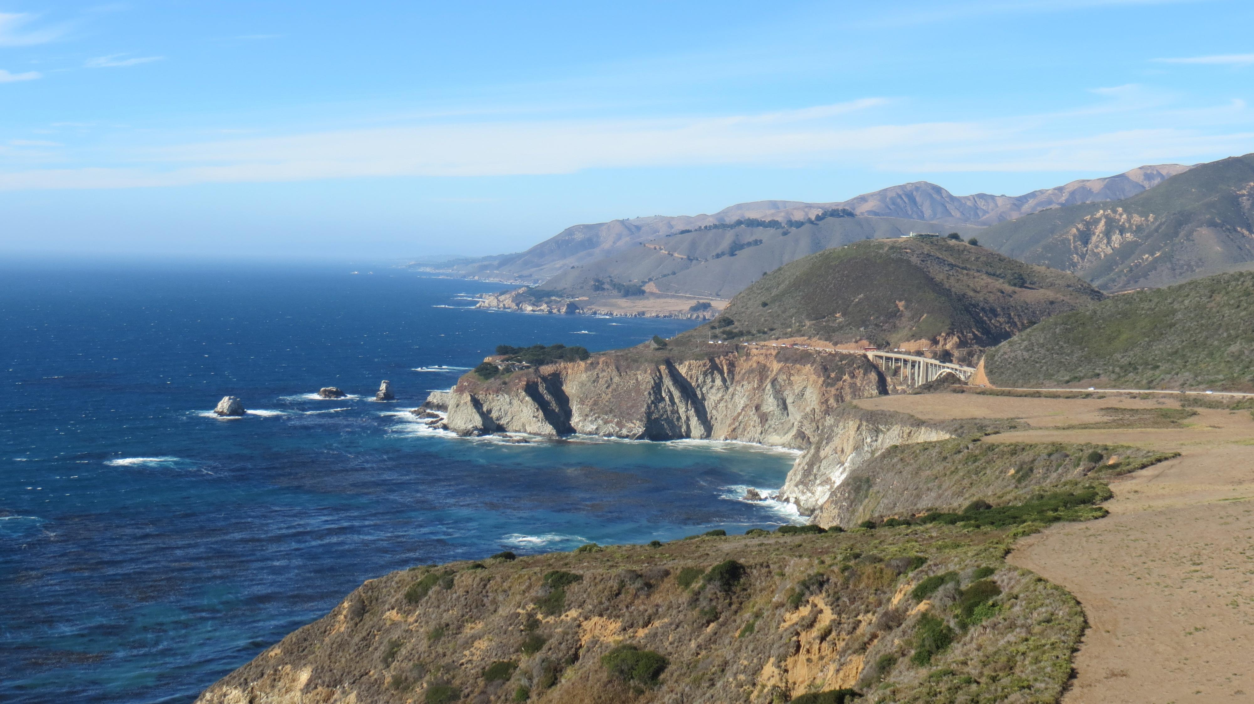 Montanhas que avançam sobre o azul do Pacífico, encostas vertiginosas, praias desertas e parques nacionais se enfileiram na parte mais espetacular do litoral da Califórnia: este mirante (Hurricane Point), ainda está aberto!