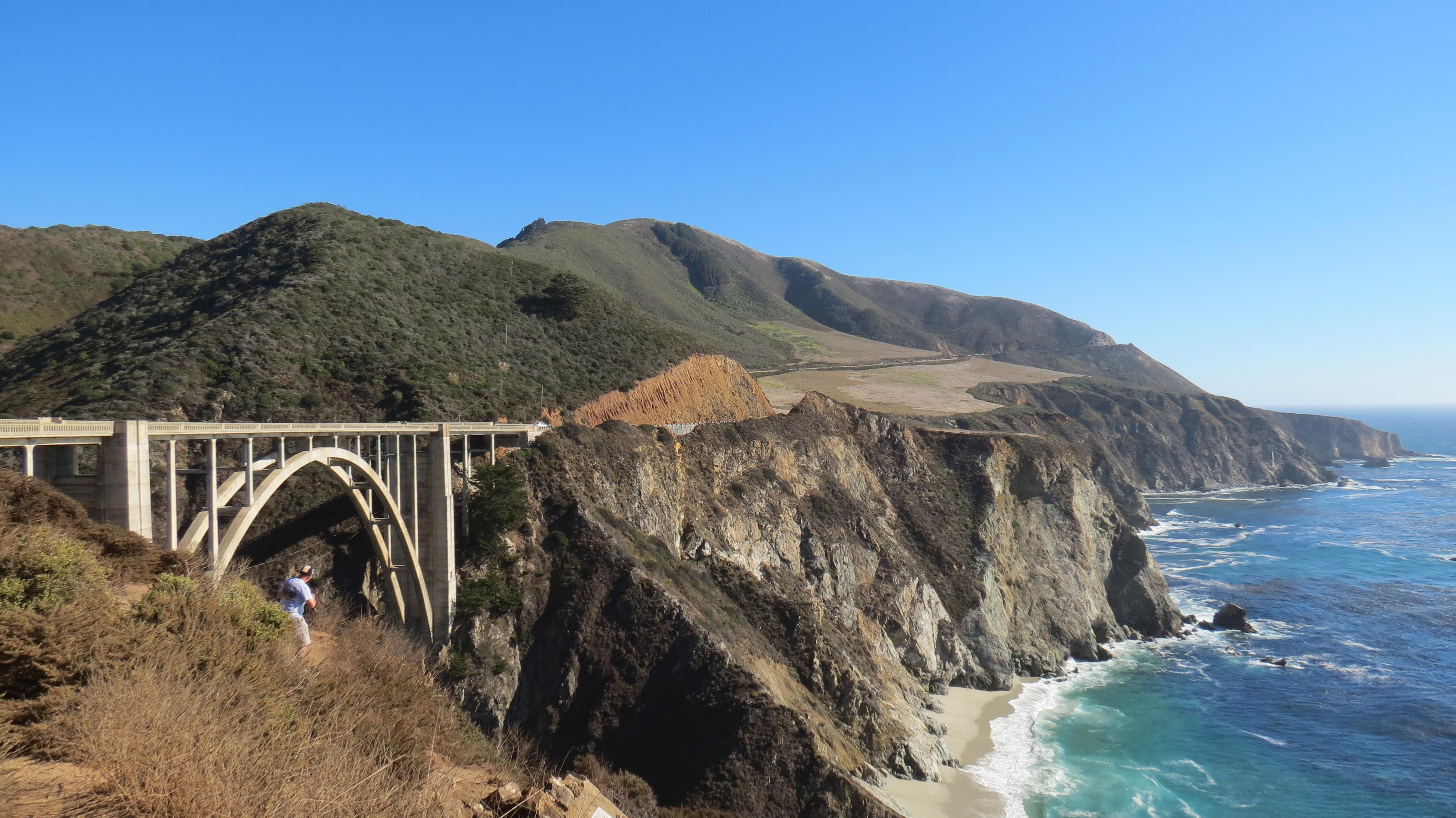 Pontes como esta, de 1932, tornam a paisagem ainda mais fotogênica. Estacione e desça pela trilha (habitada por esquilos) para encontrar o melhor ângulo. Este é um dos cenários que você ainda pode aproveitar no Big Sur, mesmo com a estrada interditada.