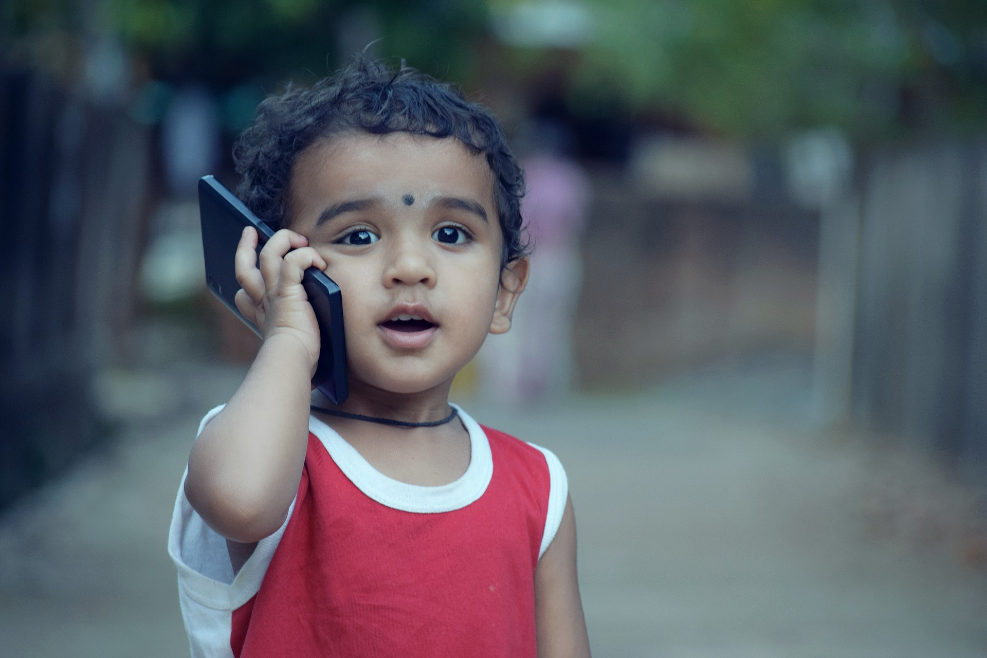 Criança fala ao celular