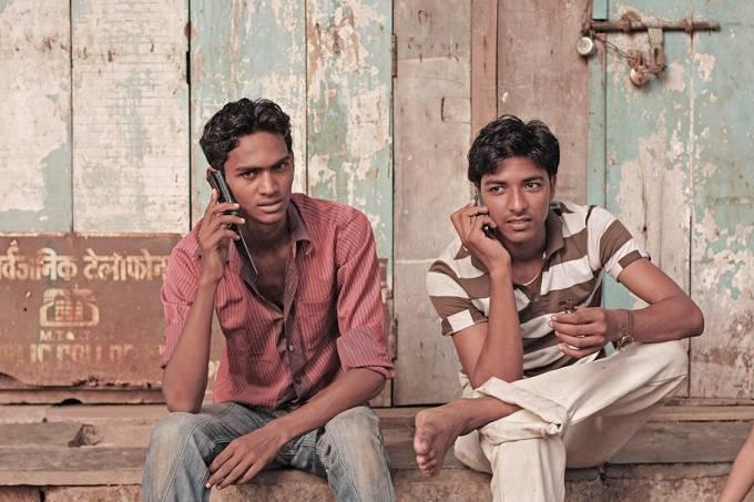 Indianos usam telefones celulares