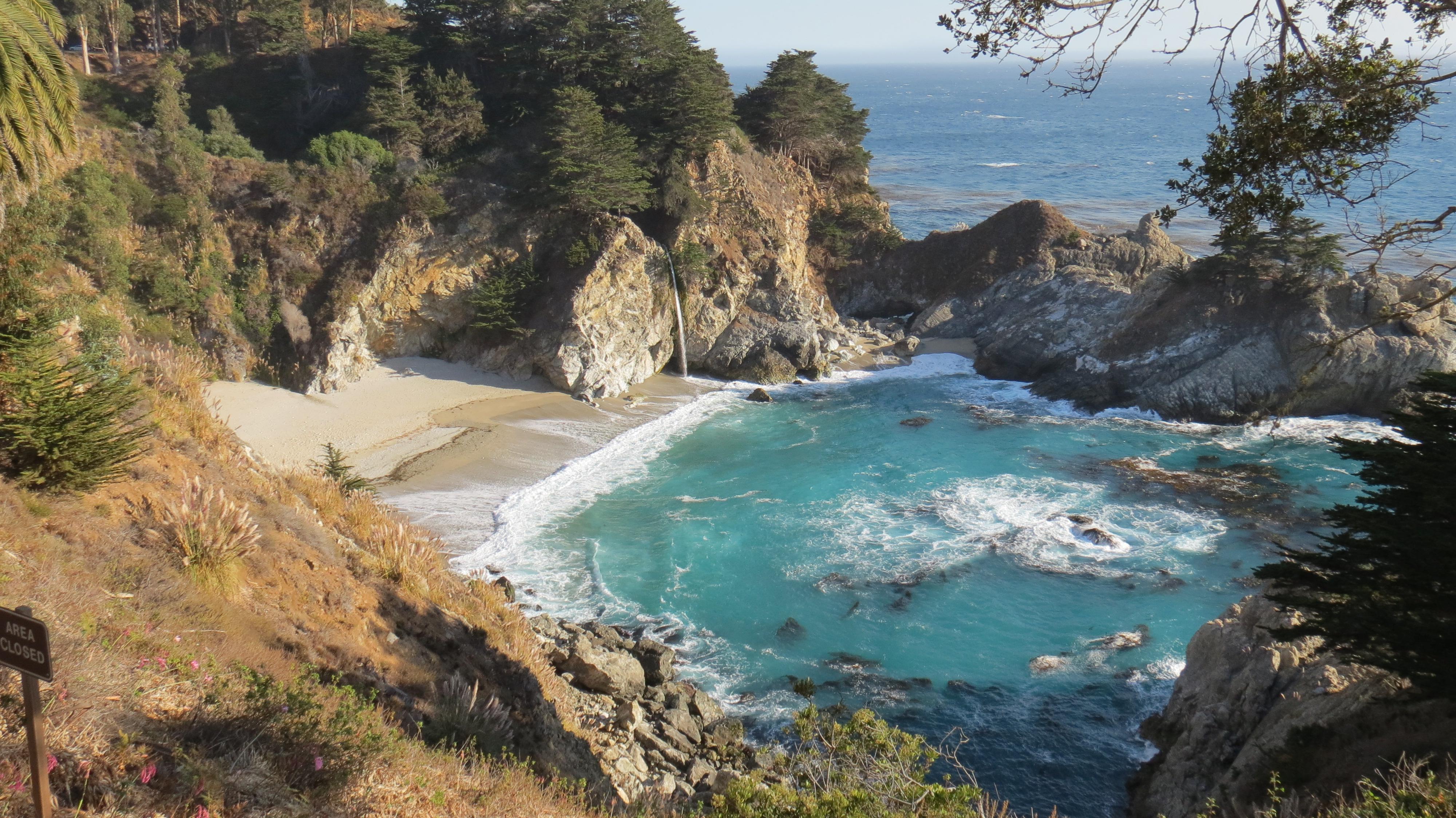 Principal atração do Julia Pfeiffer Park, a cachoeira de 24 metros de altura despeja água doce sobre a praia, que, infelizmente, é fechada ao público