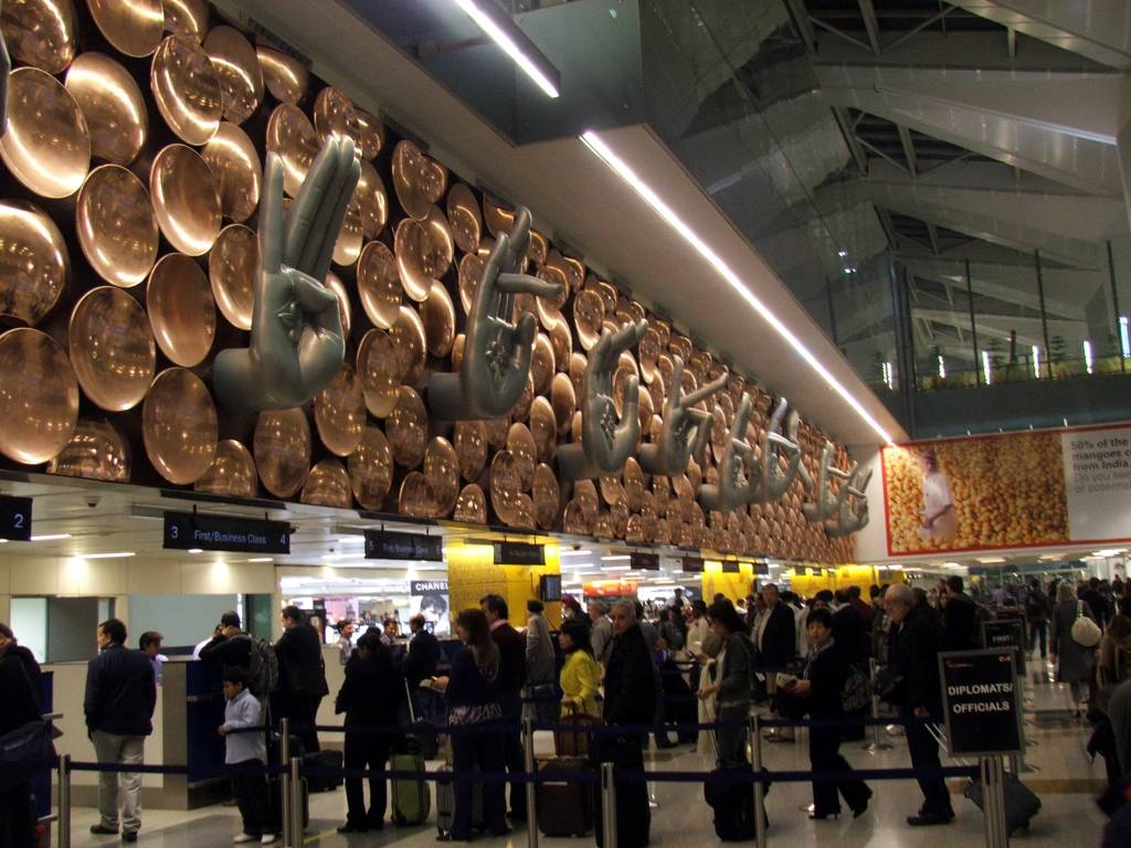 Turistas que desembarcam no Aeroporto Internacional de Indira Gandhi, em Nova Délhi, são os primeiros beneficiados da ação