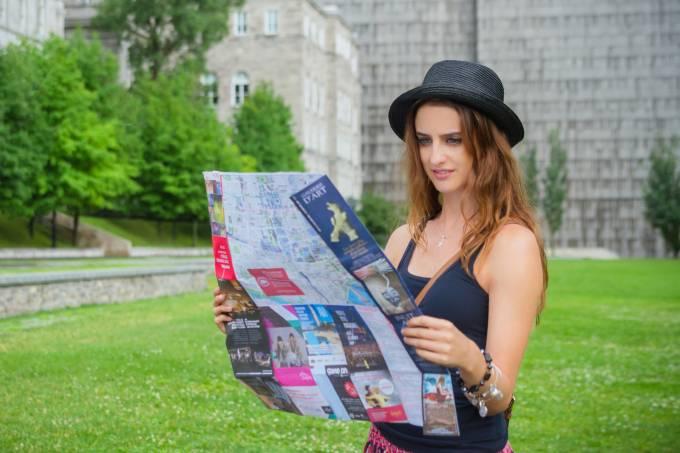 Mulher viajante observa mapa de cidade