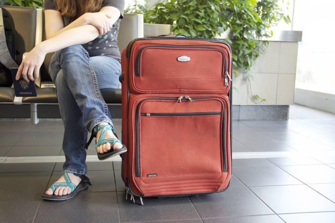 Passageira aeroporto mala bagagem passaporte