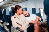 Passageiro de avião dormindo em ombro de passageira voo