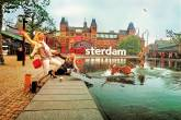 Três mulheres e um cachorro se divertem em frente ao Rijksmuseum, molhando os pés no pequeno lago em frente e rindo
