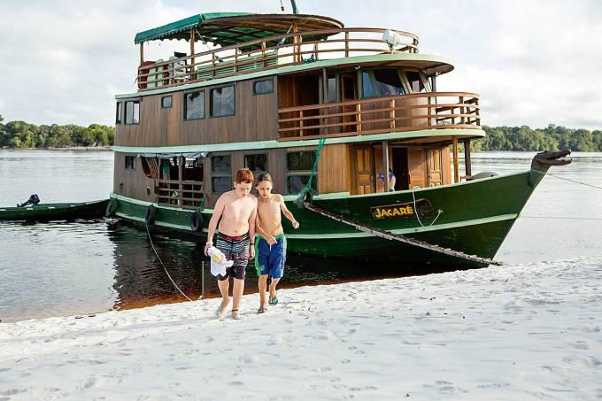 Viagem de barco com crianças pelo rio Negro Amazônia Caio Vilela