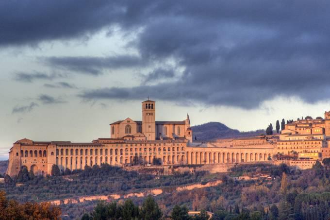 Vista da igreja de São Francisco de Assis, na cidade de Assis, Itália