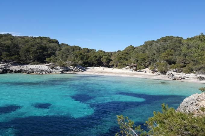 Praia em Menorca, balneário na Espanha