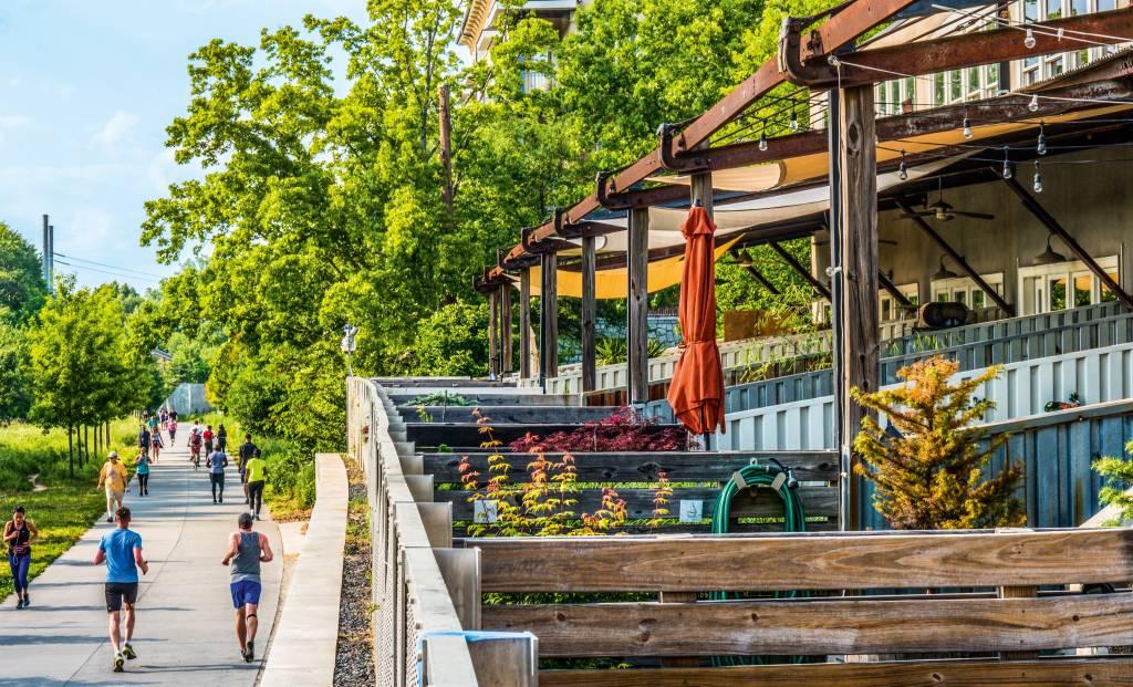 Revitalização da linha de trem, com lojinhas e passarelas, além de um sistema de aluguel de bicicleta para os cidadãos de Atlanta