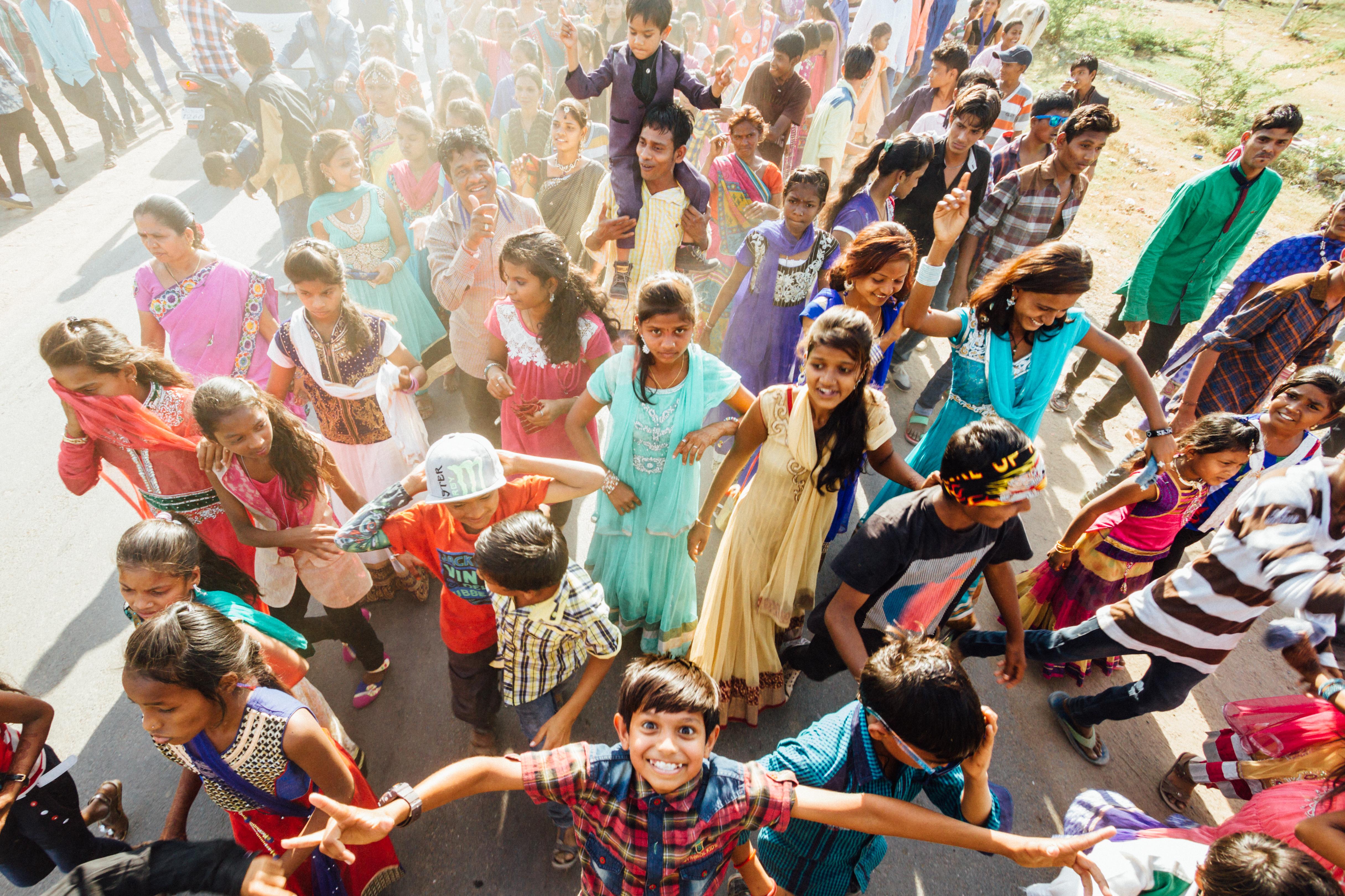 Crianças brincam durante festa de casamento em Anklesvar, Gujarat, Índia
