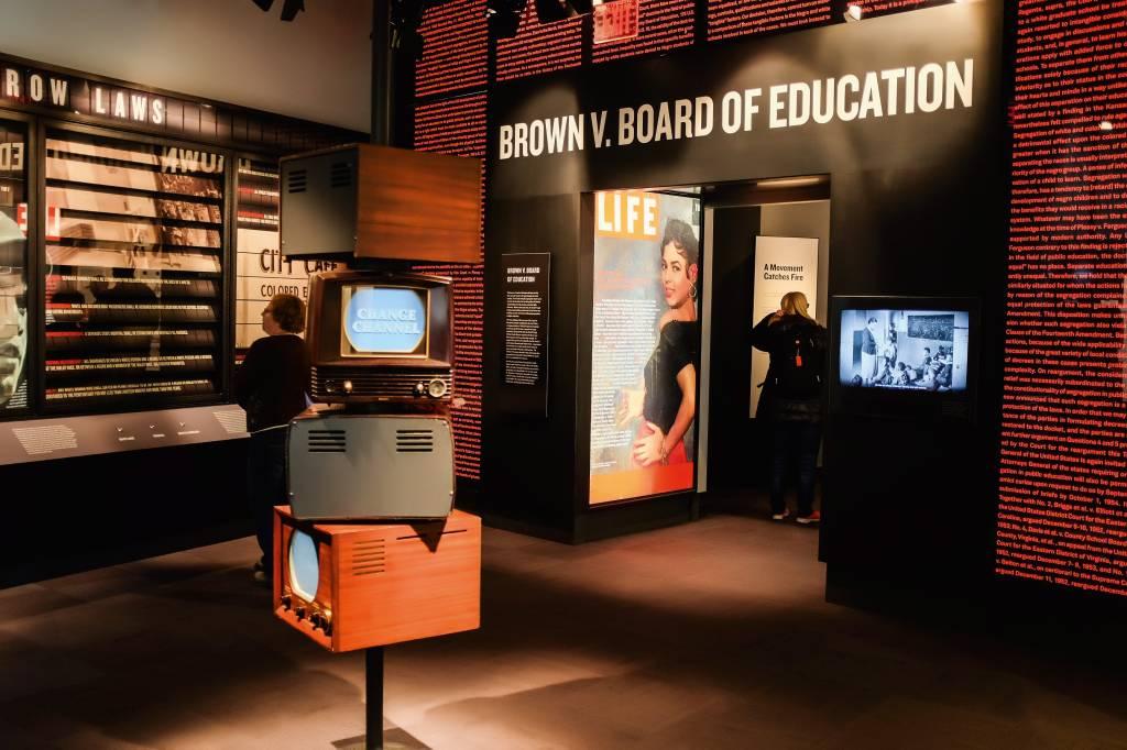 Parte de uma exposição interativa, com capas de revista e escritos na parede, sobre o movimento pelos direitos civis americanos