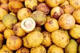 Pilha de frutas ovais que lembram um maracujá