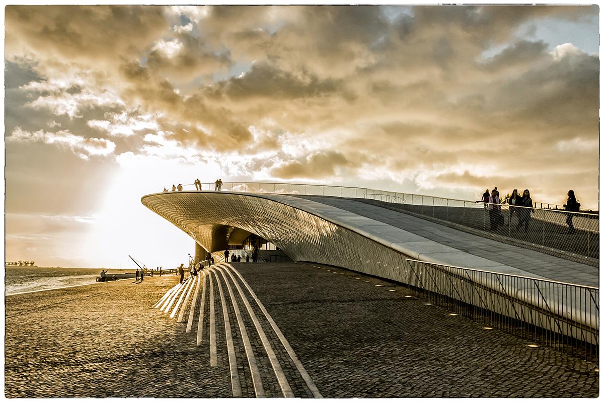 Como uma onda no mar: o edifício completo à beira-rio