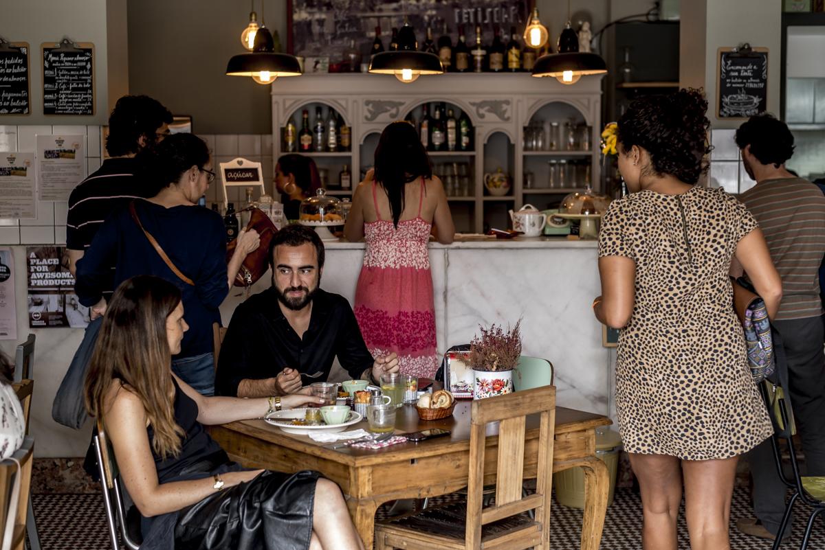 Ladrilho hidráulico e decoração retro: o salão do Café com Calma